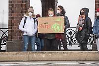 """Am Freitag den 19. Maerz 2021 fand der siebte internationale Klimastreik von Fridays For Future statt. Weltweit haben Aktivist*innen fuer Klimagerechtigkeit und die Einhaltung der 1,5-Grad-Grenze demonstriert.<br /> In Berlin wurden von Jugendlichen auf der Oberbaumbruecke Symbole fuer eine gerechte Welt  aufgemalt und der Schriftzug """"Another World Is Possible"""" ausgelegt.<br /> 19.3.2021, Berlin<br /> Copyright: Christian-Ditsch.de"""