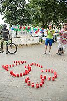 """Internationaler Gedenktag fuer verstorbene Drogengebraucher.<br /> Unter dem Titel """"Menschenwuerde in der Substitution"""" veranstalteten die Organisationen Deutsche AIDS-Hilfe, Fixpunkt e.V., JES Bundesverband e.V. und die Berliner Aids-Hilfe e.V. auf dem Oranienplatz in Berlin-Kreuzberg eine Gedenkveranstaltung fuer die an Drogenkonsum verstorbenen Menschen.<br /> In Berlin ist die Zahl der an illegalisierten Drogen verstorbenen Menschen im vergangenen Jahr um 24 Prozent gestiegen. Fast jeden 2. Tag stirbt ein Drogengebraucher bzw. eine Drogengebraucherin in der Stadt, 153 Menschen waren es 2015.<br /> Im Bild: Kerzen welche die Anzahl der Toten von 2015 darstellen. <br /> 21.7.2016, Berlin<br /> Copyright: Christian-Ditsch.de<br /> [Inhaltsveraendernde Manipulation des Fotos nur nach ausdruecklicher Genehmigung des Fotografen. Vereinbarungen ueber Abtretung von Persoenlichkeitsrechten/Model Release der abgebildeten Person/Personen liegen nicht vor. NO MODEL RELEASE! Nur fuer Redaktionelle Zwecke. Don't publish without copyright Christian-Ditsch.de, Veroeffentlichung nur mit Fotografennennung, sowie gegen Honorar, MwSt. und Beleg. Konto: I N G - D i B a, IBAN DE58500105175400192269, BIC INGDDEFFXXX, Kontakt: post@christian-ditsch.de<br /> Bei der Bearbeitung der Dateiinformationen darf die Urheberkennzeichnung in den EXIF- und  IPTC-Daten nicht entfernt werden, diese sind in digitalen Medien nach §95c UrhG rechtlich geschuetzt. Der Urhebervermerk wird gemaess §13 UrhG verlangt.]"""