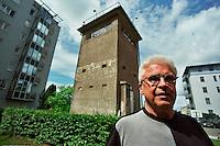 BERLINO / GERMANIA - 2004.QUARTIERE WEDDING. UNA VECCHIA TORRE DI CONTROLLO, CIRCONDATA DA NUOVE CASE, E' DIVENTATA UN MUSEO. IL GESTORE, L'ANZIANO JURGEN LITFIN, E' IL FRATELLO DI GUNTHER, IL PRIMO TEDESCO DELL'EST UCCISO DALLE GUARDIE DI CONFINE DELLA DDR NEL TENTATIVO DI FUGGIRE A BERLINO OVEST..FOTO LIVIO SENIGALLIESI..BERLIN / GERMANY - 2004.WATCH TOWER IN DISTRICT WEDDING (FORMER EAST BERLIN). IN THE PICTURE MR.JURGEN LITFIN, WHOSE BROTHER WAS THE FIRST PERSON TO BE SHOT TRYING TO ESCAPE FROM EAST BERLIN IN 1961..PHOTO BY LIVIO SENIGALLIESI