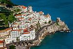 Italien, Kampanien, Sorrentinische Halbinsel, Amalfikueste: Blick auf den malerischen Kuestenort Amalfi | Italy, Campania, Sorrento Peninsula, Amalfi Coast: view at picturesque seaside resort Amalfi