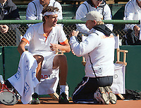 10-07-11, Tennis, South-Afrika, Potchefstroom, Daviscup South-Afrika vs Netherlands,  Robin Haase wordt bijgepraat door op zijn knieen zittende captain Jan Siemerink