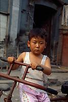 China, Peking, beim Himmelstempel. Hutong, Kind