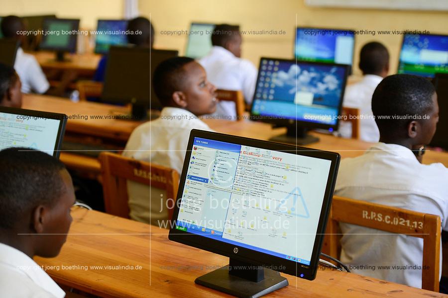RWANDA, Butare, children in computer class in secondary school  / RUANDA, Butare, Kinder in einer Sekundarschule, Computer Klasse