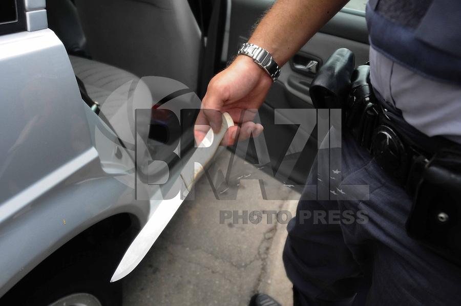 ATENÇÃO EDITOR: FOTO EMBARGADA PARA VEÍCULOS INTERNACIONAIS. - SAO PAULO)30 de dezembro 2012.(CARRO ROUBADO) Policiais da Rocan apreende dois suspeito de roubarem um carro na Rua Gionanni da Conegliano, A dupla tinha acabado de roubar o carro com uma faca . ADRIANO LIMA / BRAZIL PHOTO PRESS).