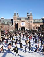 Nederland - Amsterdam -  Januari 2019. IJsbaan op het Museumplein. Op de achtergrond het Rijksmuseum. Foto Berlinda van Dam / Hollandse Hoogte