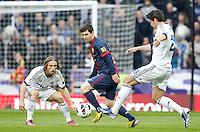 MADRI, ESPANHA, 02 MARÇO 2013 - CAMPEONATO ESPANHOL - REAL MADRID X BARCELONA - Lionel Messi (C) jogador do Barcelona durante partida contra o Real Madrid  em partida pela 26 rodada do Campeonato Espanhol, neste sabado, 02. (FOTO: ALEX CID-FUENTES / ALFAQUI / BRAZIL PHOTO PRESS).