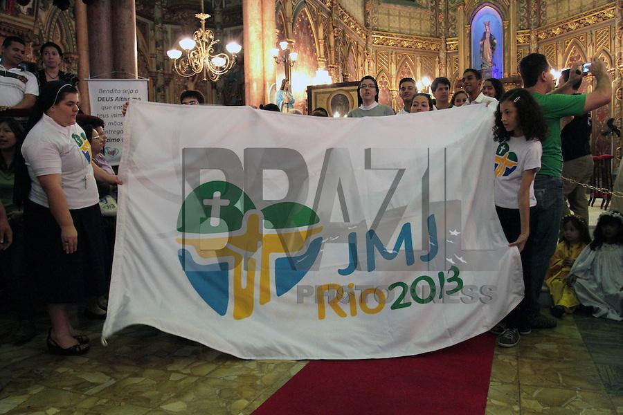 RIO DE JANEIRO, RJ, 15 JULHO 2013 - PEREGRINAÇÃO DOS SIMBOLOS DA JMJ  - Os símbolos da JMJ a cruz peregrina e a imagem de nossa Senhora chegam a basílica da Imaculada Conceição na Praia de Botafogo para o encontro com os jovens das escolas católicas houve  missa que  foi celebrada pelo arcebispo do Rio de Janeiro Dom Orani Tempesta em Botafogo na zona sul da cidade nessa, segunda 15. (FOTO: LEVY RIBEIRO / BRAZIL PHOTO PRESS)