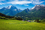 Deutschland, Bayern, Berchtesgadener Land, Ramsau bei Berchtesgaden: Gnotschaft (Ortsteil) Schwarzeck, Blick von Hochschwarzeck in die Berchtesgadener Alpen mit Watzmann (links) 2.713 m und Hochkalter 2.607 m | Germany, Upper Bavaria, Berchtesgadener Land; Ramsau bei Berchtesgaden: district Schwarzeck, view from Hochschwarzeck towards Berchtesgaden Alps with summits Watzmann 2.713 m (left) and Hochkalter 2.607 m