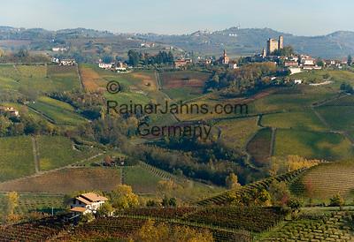 Italien, Piemont, Langhe, bei Alba: Weinanbau, Blick auf Weinort Serralunga d'Alba   Italy, Piedmont, Langhe, near Alba: wine growing estates, village Serralunga d'Alba