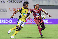 BARRANCABERMEJA - COLOMBIA, 25-02-2021: Edwin Torres del Alianza disputa el balón con Jose David Moya del Tolima durante partido por la fecha 9 como parte de la Liga BetPlay DIMAYOR I 2021 entre Alianza Petrolera y Deportes Tolima jugado en el estadio Daniel Villa Zapata de la ciudad de Barrancabermeja. / Edwin Torres of Alianza struggles the ball with Jose David Moya of Tolima during match for the date 9 as part of BetPlay DIMAYOR I 2021 Liga between Alianza Petrolera and Deportes Tolima played at Daniel Villa Zapata stadium in Barrancabermeja city. Photo: VizzorImage / Jose Martinez / Cont