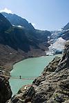 CHE, Schweiz, Kanton Bern, Berner Oberland, bei Innertkirchen: Triftbruecke - hoechstgelegene (1870 m) und laengste (102 m) Haengeseilbruecke Europas ueberquert in einer Hoehe von 70 m den tosenden Gletscherbach des Triftwassers, gespeist vom Triftgletscher | CHE, Switzerland, Bern Canton, Bernese Oberland, near Innertkirchen: Trift Bridge - Europe's highest (1870 m) and longest (102 m) suspension bridge. Trift Glacier and Lake