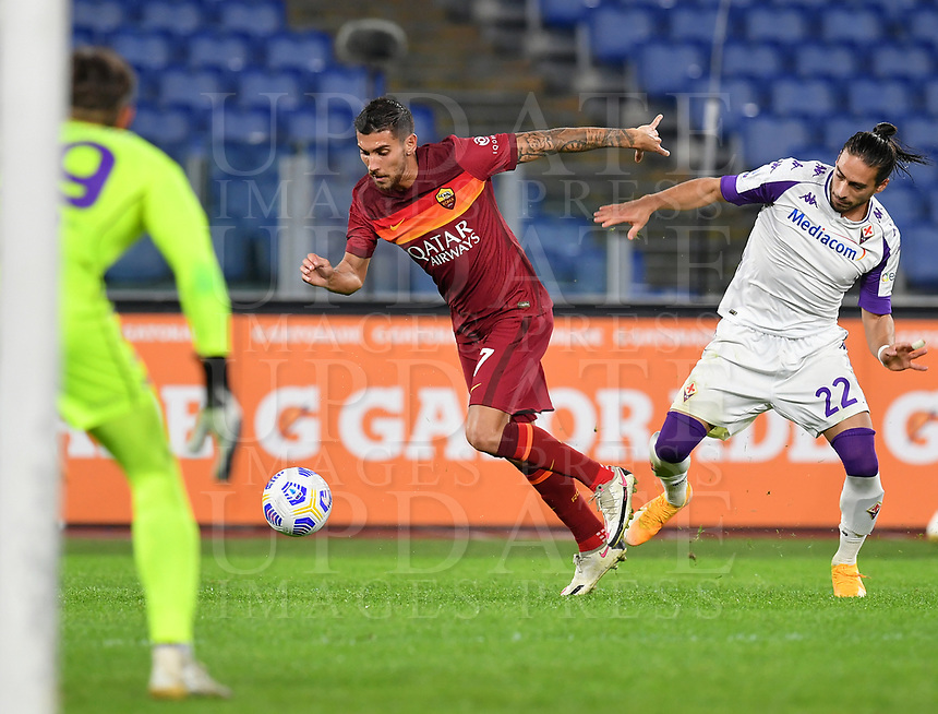 Football, Serie A: AS Roma - Fiorentina, Olympic stadium, Rome, November 1, 2020. <br /> Roma's Lorenzo Pellegrini (c) in action with Fiorentina's Martin Caceres (r) and goalkeeper Bartlomiej Dragowski (l) during the Italian Serie A football match between Roma and Fiorentina at Olympic stadium in Rome, on November 1, 2020. <br /> UPDATE IMAGES PRESS/Isabella Bonotto
