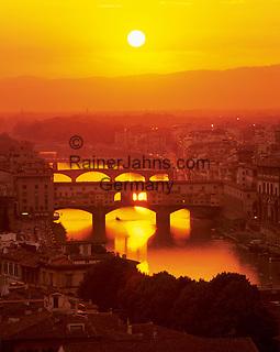 Italy, Tuscany, Florence: Ponte Vecchio and River Arno at sunset | Italien, Toskana, Florenz: Ponte Vecchio ueber den Arno bei Sonnenuntergang