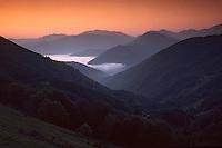 Europe/France/Midi-Pyrénées/09/Ariège/Oust: Vue sur la vallée au soleil levant depuis le col de la Core - Chemin de la liberté de Lérida