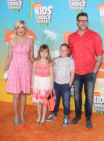 INGLEWOOD, CA - MARCH 12: Tori Spelling, Dean McDermott at Nickelodeon's 2016 Kids' Choice Awards at The Forum on March 12, 2016 in Inglewood, California. Credit: mpi24/MediaPunch