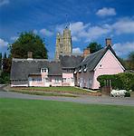 Grossbritannien, England, Suffolk, Cavendish: Kirche und pink Cottage im Dorfzentrum   Great Britain, England, Suffolk, Cavendish: Pink cottages and church on Village Green