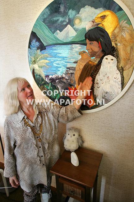 Vierakker, 281005<br /> Dame wil rituelen onder de aandacht brengen. <br /> <br /> Foto: Sjef Prins- APA Foto