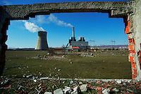 OBILIC / KOSOVO - FEB.2008.LA VECCHIA CENTRALE ELETTRICA DI OBILIC, ALLE PORTE DI PRISTINA..A CAUSA DEGLI IMPIANTI OBSOLETI E DELLE INGENTI RICHIESTE DI ENERGIA, DURANTE IL PERIODO INVERNALE SI VERIFICANO OGNI GIORNO PESANTI BLACKOUT CHE METTONO A DURA PROVA GLI ABITANTI DEL KOSOVO..FOTO LIVIO SENIGALLIESI..OBILIC / KOSOVO - FEB.2008.BROWN COAL POWER PLANT.PHOTO LIVIO SENIGALLIESI  .