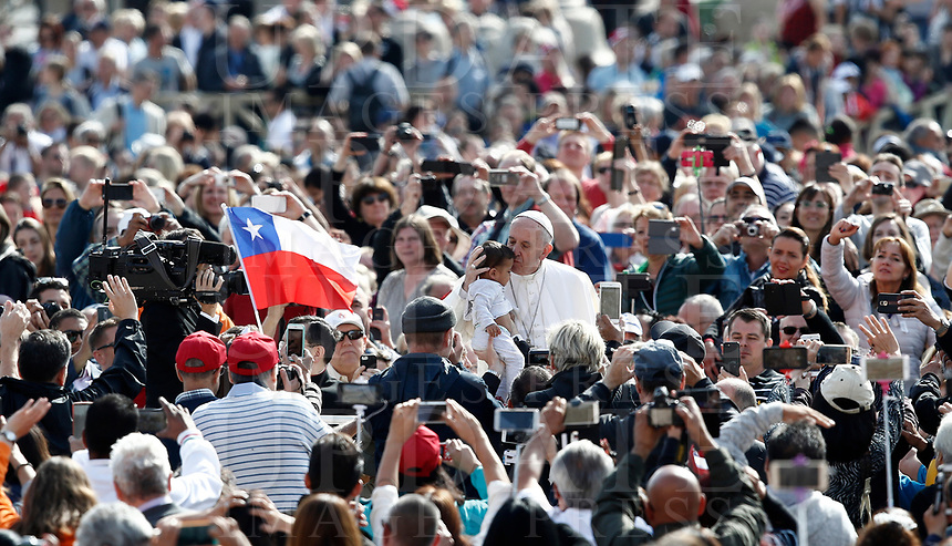 Papa Francesco bacia una bambina al suo arrivo all'udienza generale del mercoledi' in Piazza San Pietro, Citta' del Vaticano, 3 maggio, 2017.<br /> Pope Francis kisses a child as he arrives to lead his weekly general audience in St. Peter's Square at the Vatican, on May 3, 2017.<br /> UPDATE IMAGES PRESS/Isabella Bonotto<br /> <br /> STRICTLY ONLY FOR EDITORIAL USE