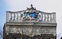 Nederland  Amsterdam - 31 december 2020.   Grachtenpand aan het Singel in Amsterdam. Attiek met Mercurius en een haan. Mercurius is de god van de handel. Hij houdt een geldbuidel vast.     Foto : ANP/ HH / Berlinda van Dam