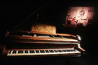 IL PIANO DI FABRIZIO E SULLO SFONDO UNA SUA FOTO<br /> Roma 23/02/2010 Fabrizio De Andre' - la mostra.<br /> Fabrizio de Andre' - the exhibition.<br /> Photo Samantha Zucchi Insidefoto