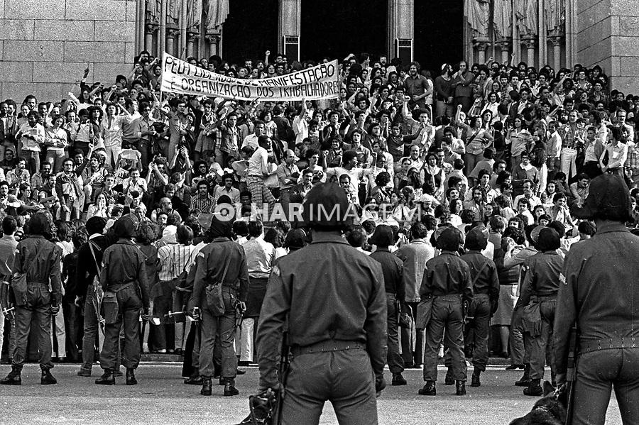 Manifestação do Movimento Contra a Carestia na Praça da Sé. SP. 27.08.1978. Foto de Juca Martins.