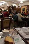 Oesterreich, Salzburger Land, Stadt Salzburg: im Cafe Tomaselli, gegruendet 1705, ist das aelteste Original Wiener Cafehaus Oesterreichs, mitten in der historischen Salzburger Altstadt am Alten Markt | Austria, Salzburger Land, Salzburg: inside Cafe Tomaselli, founded 1705, Austria's oldest original Vienna Cafe House in the historic centre of Salzburg at Alten Markt