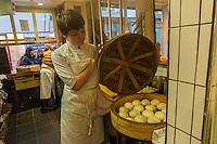 Europe / Ile de France/ Paris:  4, rue Sauval  75001 : Boutique Yam' Tcha: brioches vapeur (baos): signées Adeline Grattard (en salé et aussi en sucré)
