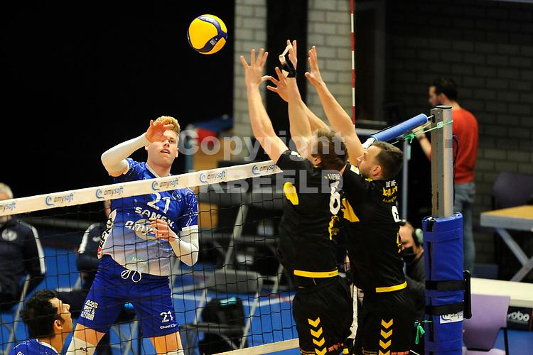 24-04-2021: Volleybal: Amysoft Lycurgus v Draisma Dynamo: Groningen Lycurgus speler Bennie Tuinstra tikt de balk over het blok met Dynamo speler Nico Manenschijn