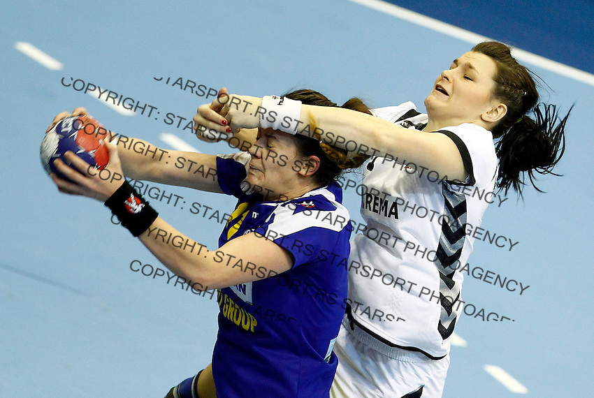 SERBIA, Novi Sad: Romania's Gabriela Perianu (L) vies with Czech Republic's Hana Kutlvasrova (R) during their Women's Handball World Championship 2013 match Romania vs Czech Republic on December 13, 2013 in Novi Sad.   AFP PHOTO / PEDJA MILOSAVLJEVIC
