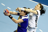 SERBIA, Novi Sad: Romania's Gabriela Perianu (L) vies with Czech Republic's Hana Kutlvasrova (R) during their Women's Handball World Championship 2013 match Romania vs Czech Republic on December 13, 2013 in Novi Sad.   AFP PHOTO / PEDJA MILOSAVLJEVIC