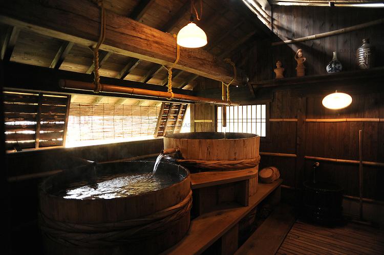 Wooden barrel is used as a bathtub in Kurokawa onsen, hot spring.<br /> <br /> Le tonneau en bois sert de baignoire à Kurokawa Onsen, source thermale. Japon.