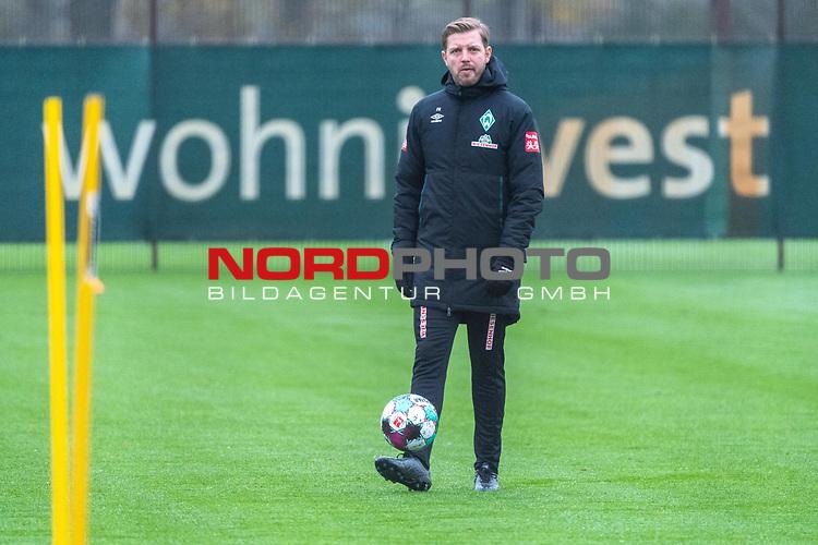 17.11.2020, Trainingsgelaende am wohninvest WESERSTADION - Platz 12, Bremen, GER, 1.FBL, Werder Bremen Training<br /> <br /> <br /> Florian Kohfeldt (Trainer SV Werder Bremen)<br /> Einzelaktion, Ganzkörper / Ganzkoerper, Ball am Fuss, Querformat<br /> <br /> <br /> Foto © nordphoto / Kokenge *** Local Caption ***