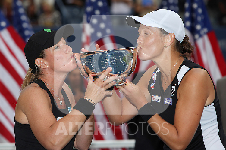 11.09.2011, Flushing Meadows, New York, USA, WTA Tour, US Open, Finale im Doppel der Damen, im Bild LIEZEL HUBER (USA), LISA RAYMOND (USA) HOLDING TROPHIES. // during WTA Tour US Open tennis tournament at Flushing Meadows, women dubles final, New York, USA on 11/09/2011. EXPA Pictures © 2011, PhotoCredit: EXPA/ Newspix/ Marek Janikowski +++++ ATTENTION - FOR AUSTRIA/(AUT), SLOVENIA/(SLO), SERBIA/(SRB), CROATIA/(CRO), SWISS/(SUI) and SWEDEN/(SWE) CLIENT ONLY +++++