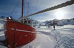 Chalutier pris dans les glaces dans le village de Tassilaq. Groënland (côte Est). Région d'Angmagssalik (Ammasalik ou Tassilaq). Fishing boat in Tassilaq. Greenland (East coast).