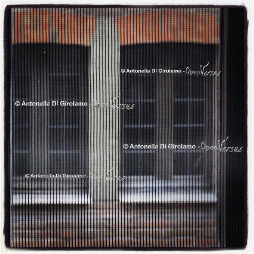 """WINDOWOVER <br /> progetto e mostra fotografica di Antonella Di Girolamo<br /> <br /> 791 finestre per sperare, sognare, desiderare e andare avanti.<br /> Ogni giorno c'è una finestra dalla quale guardar fuori, finestre di case, di scale di edifici pubblici e privati, di automobili, irripetibili e ripetute, con ospiti o solitarie ma tutte che permettono di guardar fuori e continuare a vedere.<br /> """"WindowOver"""" esprime la speranza di sconfiggere ogni tipo di impedimento, sia fisico che mentale. """"Prigionie"""" dovute a mancanza dei diritti umani, a malattie invalidanti, a società dimenticanti, ma che grazie ad un impegno collettivo potranno essere sconfitte."""