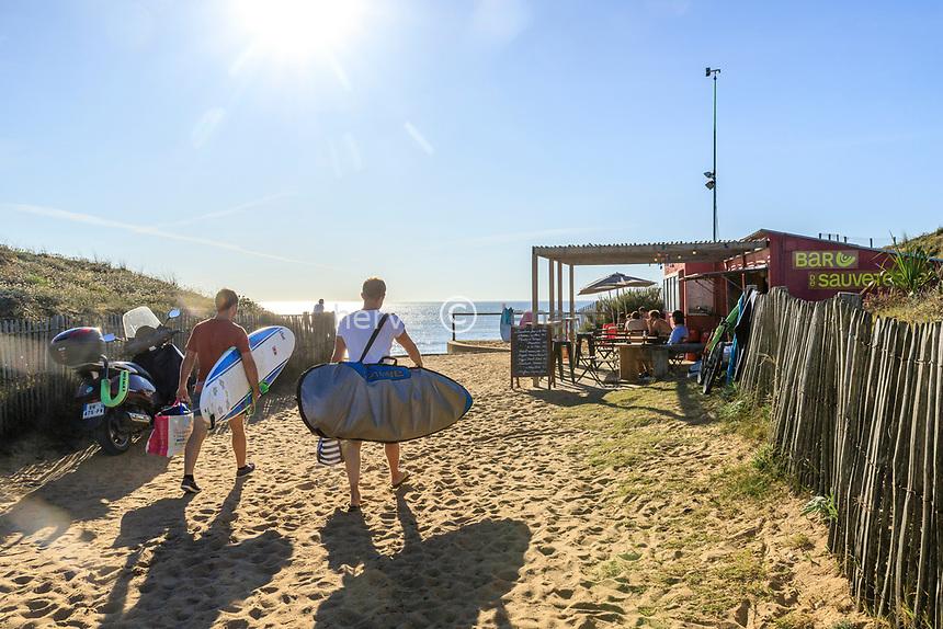 France, Vendee, Olonne sur Mer, access to Sauveterre beach, surfers // France, Vendée (85), Olonne-sur-Mer, accès à la plage de Sauveterre, surfeurs