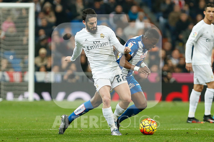 Real Madrid´s Isco (L) and Espanyol´s Mamadou during 2015/16 La Liga match between Real Madrid and Espanyol at Santiago Bernabeu stadium in Madrid, Spain. January 31, 2016. (ALTERPHOTOS/Victor Blanco)