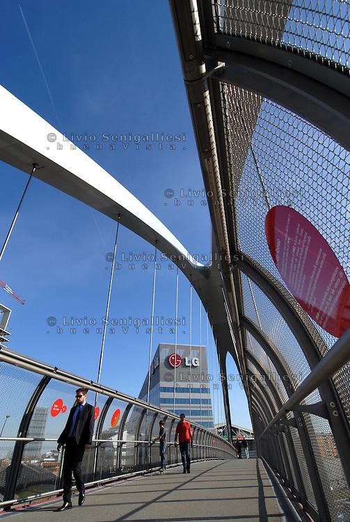 Milano Italia 13 aprile 2015<br /> Veduta del ponte ciclopedonale e dei nuovi palazzi per uffici e zona residenziale che ha rivoluzionato lo skyline della vecchia area industriale dell'ex Alfa Romeo, nel quartiere Portello-Fiera. Il ponte è lungo 90 metri e largo 4 ed è sopraelevata rispetto alla strada di 6 metri. E' uno dei simboli del cambiamento urbanistico di Milano, sede dell'EXPO 2015.<br /> View of the pedestrian bridge and new buildings that has revolutionized the skyline of the old industrial area of the former Alfa Romeo, in the district Portello-Fair. The bridge is 90 meters long and 4 wide and is raised above the road of 6 meters. This is one of the symbols of urban change of Milan, the seat of Expo 2015. <br /> Photo Livio Senigalliesi