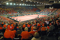 Overallvieuw of tenniscourt in soccerstadium