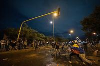 BOGOTA - COLOMBIA, 25-05-2021: Manifestantes tratan de derribar un semáforo durante los disturbios en el sector de las Américas de la ciudad de Bogotá durante el día 28 del Paro Nacional en Colombia hoy, 25 de mayo de 2021, para protestar contra el gobierno de Ivan Duque además de la precaria situación social y económica que vive Colombia. El paro fue convocado por sindicatos, organizaciones sociales, estudiantes y la oposición. / Protesters try to tear down a traffic light during the riots at Portal Las Americas sector of the city of Bogota during the day 28 of the National strike in Colombia today, May 25, 2021, to protest against the government of Ivan Duque in addition to the precarious social and economic situation that Colombia is experiencing. The strike was called by unions, social organizations, students and the opposition in Colombia. Photo: VizzorImage / Diego Cuevas / Cont