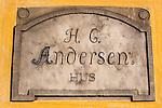 Denmark, Funen, Odense: Hans Christian Andersen's Hus (house) plaque, birthplace of the famous writer | Daenemark, Insel Fuenen, Odense: Gedenktafel am Hans Christian Andersen Geburtshaus