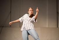 """Generalprobe der Auffuehrung """"Sieben"""" der Tanzschule """"Die Etage"""". Sieben Absolvent*innen der Tanzschule fuehren ihre Abschlussstuecke auf, ergaenzt durch weitere Choreographien zum Thema """"Die sieben Todsuenden"""".<br /> Im Bild: Die Choreographie """"listen."""" der Absolventinnen Nadine Haas, Milena Sundari Nowak. Taenzerin: Milena Sundari Nowak.<br /> 9.9.2020, Berlin<br /> Copyright: Christian-Ditsch.de"""