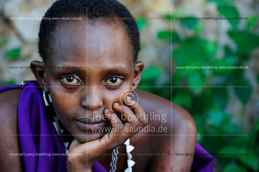TANZANIA, Korogwe, young Massai woman sitting under tree in Kwalukonge / TANSANIA, Korogwe, junge Massai Frau sitzt unter einem Baum bei Kwalukonge