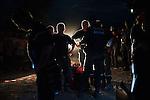 Une équipe de secouristes français remballe son matériel à la tombée de la nuit après une journée de de travail à Jacmel, le 19/01/2010. A 80km au sud de Port-au-Prince (Haiti), la ville a été durement touchée par le séisme du 12/01/2010.