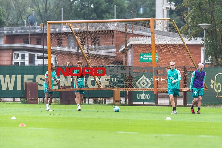 09.09.2020, Trainingsgelaende am wohninvest WESERSTADION - Platz 12, Bremen, GER, 1.FBL, Werder Bremen Training<br /> <br /> <br /> die spieler <br /> Felix Agu (Werder Bremen / Neuzugang 17)<br /> Joshua Sargent (Werder Bremen #19)<br /> Julian Rieckmann (Werder Bremen II #33) und Davy Klaassen (Werder Bremen #30) tragen das TRAININGSTOR<br /> <br /> <br /> Foto © nordphoto / Kokenge