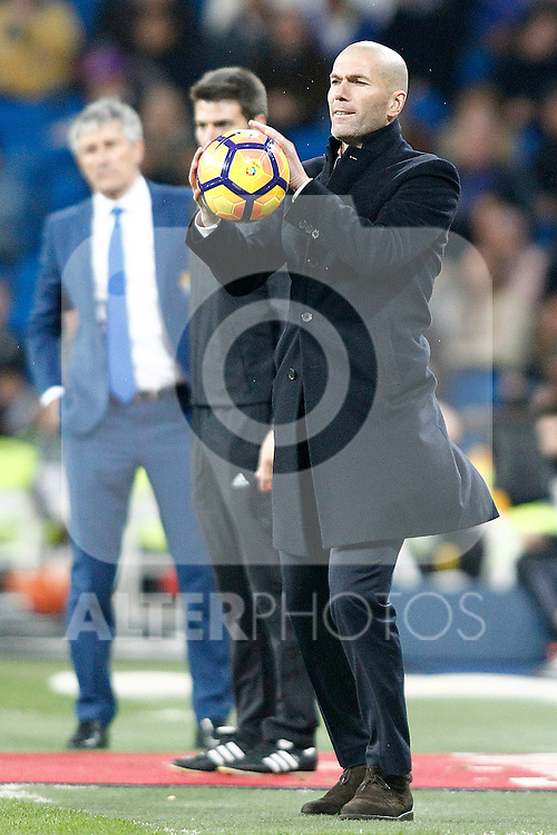 Real Madrid's coach Zinedine Zidane (r) and UD Las Palmas' coach Paco Herrera during La Liga match. March 1,2017. (ALTERPHOTOS/Acero)