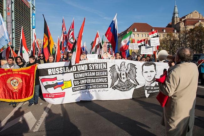 """250 bis 300 Menschen demonstrierten am Samstag den 31. Oktober 2015 in Berlin fuer die Unterstuetzung des syrischen Diktators Assad durch Russland. Sie trugen Fahnen Syriens, der ehemaligen Sowietunion, Russlands, Nordkoreas, der DDR, des Iran und Venezuelas, die sich """"alle zusammen gegen den Imperialismus zur Wehr setzen"""" wuerden. Russlands Praesident Putin wurde ausdruecklich fuer sein Militaerengagement gedankt, das Eingreifen der USA verurteilt.<br /> Im Bild 1.vl. am weissen Transparent mit Bart und blondem Seitenscheitel: Marc Kluge, laut Szeneinsidern ist er langjaehriger Neonaziaktivist. In Magdeburg, war er fuer den """"Selbstschutz Sachsen-Anhalt"""" aktiv und NPD-Kandidat.<br /> 31.10.2015, Berlin<br /> Copyright: Christian-Ditsch.de<br /> [Inhaltsveraendernde Manipulation des Fotos nur nach ausdruecklicher Genehmigung des Fotografen. Vereinbarungen ueber Abtretung von Persoenlichkeitsrechten/Model Release der abgebildeten Person/Personen liegen nicht vor. NO MODEL RELEASE! Nur fuer Redaktionelle Zwecke. Don't publish without copyright Christian-Ditsch.de, Veroeffentlichung nur mit Fotografennennung, sowie gegen Honorar, MwSt. und Beleg. Konto: I N G - D i B a, IBAN DE58500105175400192269, BIC INGDDEFFXXX, Kontakt: post@christian-ditsch.de<br /> Bei der Bearbeitung der Dateiinformationen darf die Urheberkennzeichnung in den EXIF- und  IPTC-Daten nicht entfernt werden, diese sind in digitalen Medien nach §95c UrhG rechtlich geschuetzt. Der Urhebervermerk wird gemaess §13 UrhG verlangt.]"""