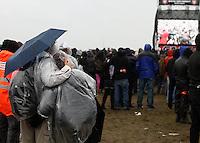 With Full Force XVIII.Das With Full Force (kurz WFF) ist eines der größten Musikfestivals für Metal, Hardcore und Punk in Deutschland. Jährlich lockt es am ersten  Juliwochenende um die 30.000 Metal- und Hardcore-Fans auf den Segelflugplatz Roitzschjora bei Löbnitz statt. In diesem Jahr hat es das Wetter nicht gut gemeint. Dauerregen und 15 Grad bestimmten den kompletten Samstag. Regenjacken, bunte Gummistiefel und Regenschirme wohin das Auge blickte. Trotzdem: Auf zwei Bühnen rockten am zweiten Festivaltag unter anderem Terror, Satyricon, Cavalera Conspiracy, Hatebreed, Die Kassierer, Blood For Blood, Knorkator und Mad Sin das Publikum..Im Bild: Gemeinsam unter dem Regenschirm..Foto: Karoline Maria Keybe