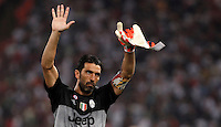 Calcio, Serie A: Roma vs Juventus. Roma, stadio Olimpico, 30 agosto 2015.<br /> Juventus' goalkeeper Gianluigi Buffon greets fans at the end of the Italian Serie A football match between Roma and Juventus at Rome's Olympic stadium, 30 August 2015. Roma won 2-1.<br /> UPDATE IMAGES PRESS/Isabella Bonotto